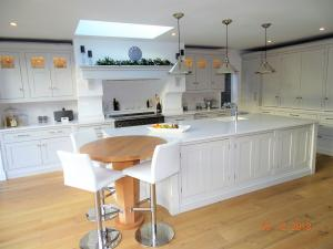 wHITE SHAKER KITCHEN WITH OAK ROUND BREAKFAST BAR 2